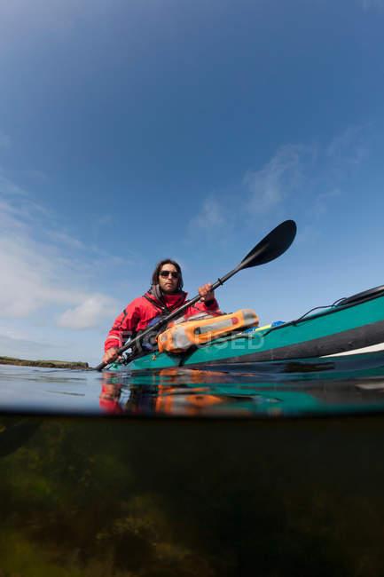 Uomo kayak sul lago ancora — Foto stock