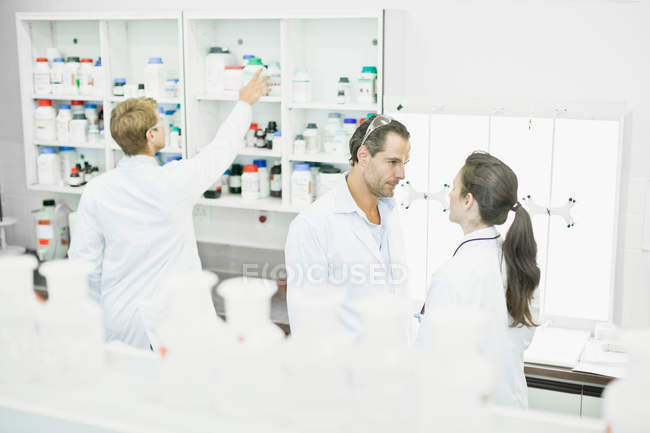 Scientists talking in lab — Stock Photo