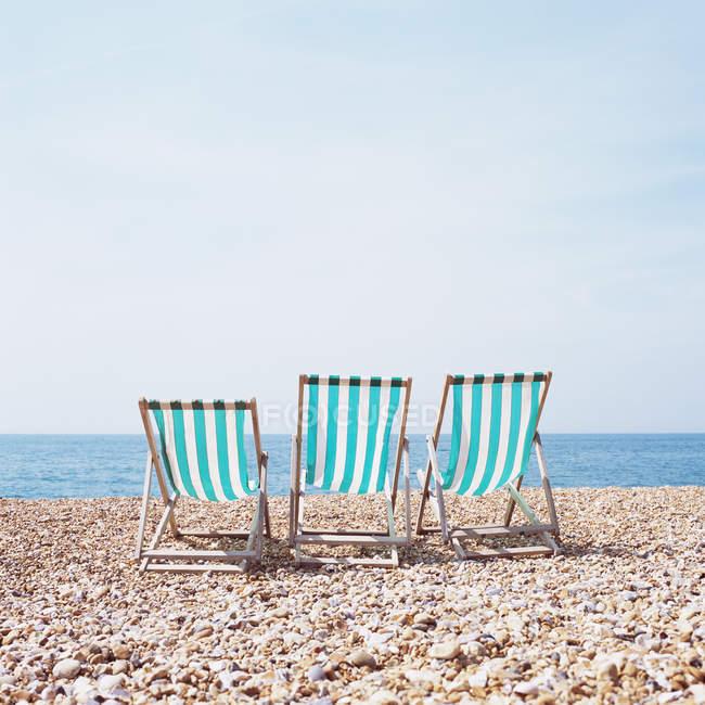 Cadeiras de praia na praia da telha — Fotografia de Stock