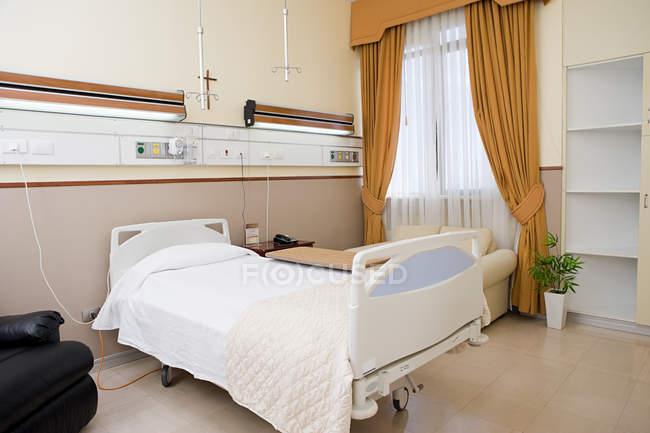 Stanza di ospedale vuoto con letto — Foto stock