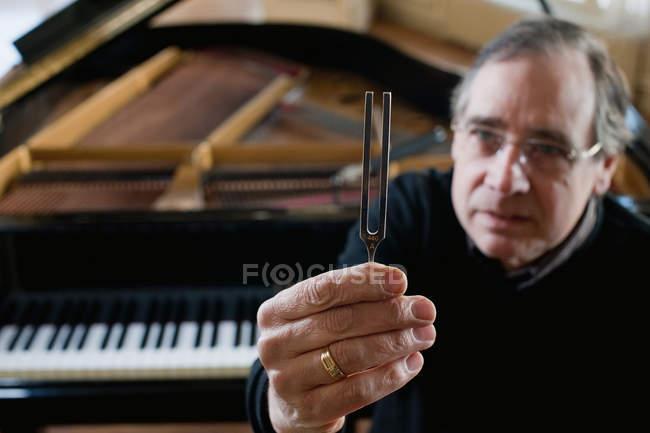 Tuner per pianoforte con forcella di accordatura — Foto stock