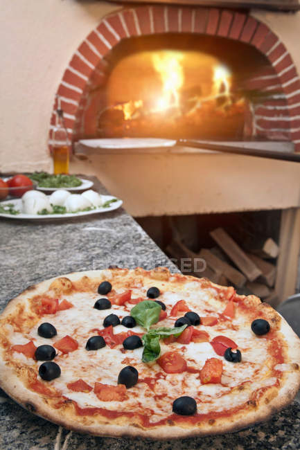 Pizza sul bancone in cucina — Foto stock