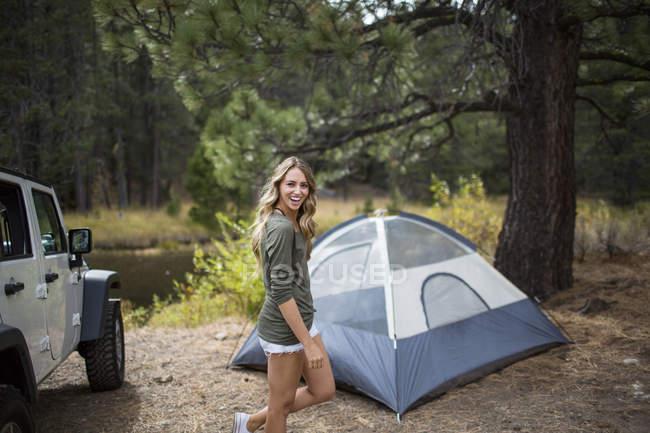Портрет молодої жінки, кемпінг на Ріверсайд, озера Тахо, штат Невада, США — стокове фото