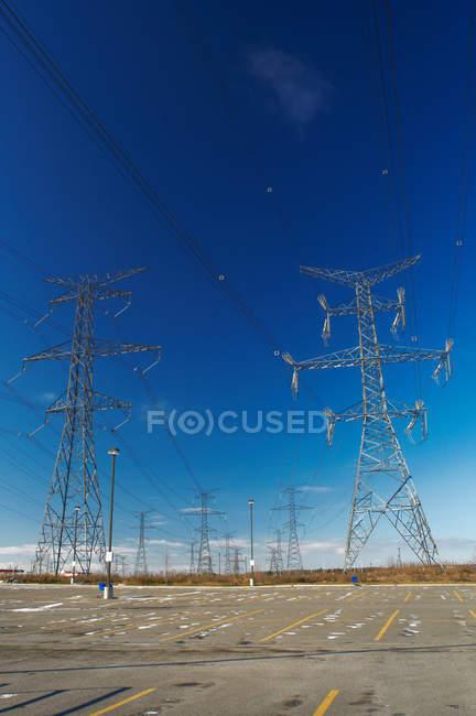 Linee elettriche contro il cielo blu — Foto stock