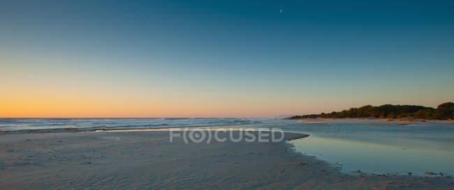 Sun rising over beach — Stock Photo