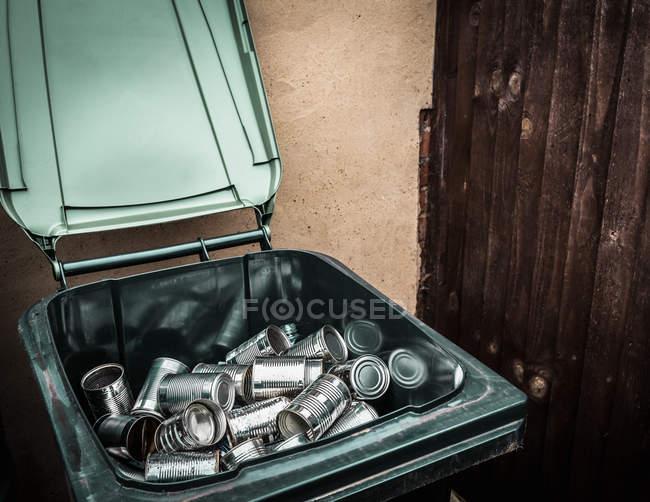 Boîtes en aluminium dans le bac de recyclage — Photo de stock