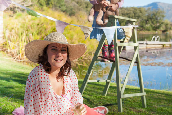Frau trägt Sonnenhut im Freien — Stockfoto