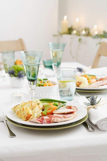 Essen am Tisch — Stockfoto