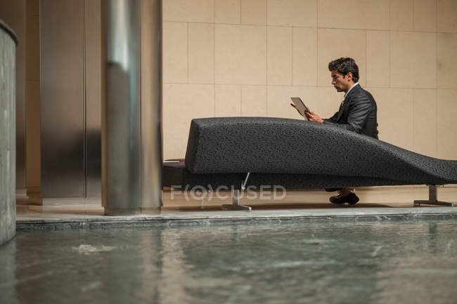 Businessman using tablet computer — Stock Photo