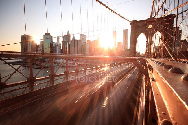 Paysage urbain et pont de Brooklyn — Photo de stock