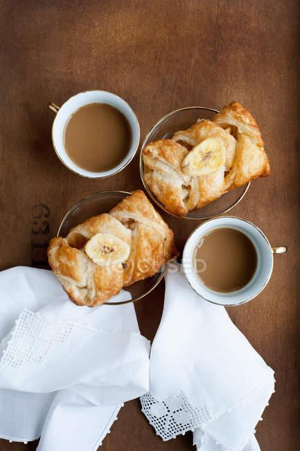 Gebackene Kuchen mit Banane und Kaffee — Stockfoto