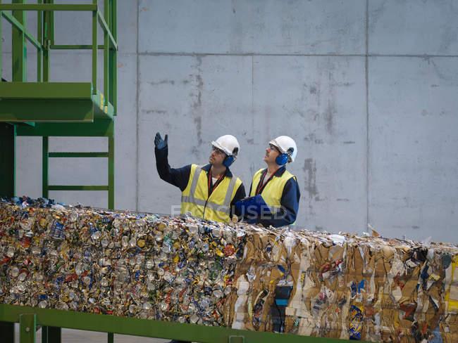 Trabajadores en planta de reciclaje - foto de stock