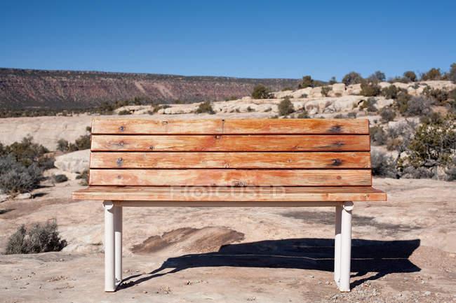 Banc vide dans le désert — Photo de stock