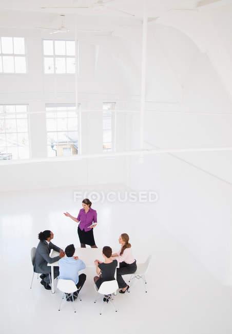 Бизнесвумен, выступающая с презентацией, селективный фокус — стоковое фото