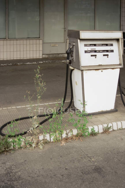 Pompe à essence abandonnés à la station-service — Photo de stock