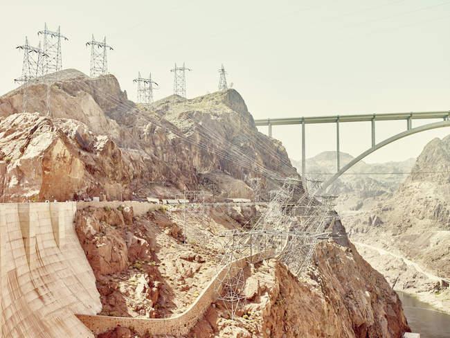 Долина скале с далеких мост и пилоны — стоковое фото