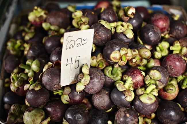 Mangostino para la venta en el mercado - foto de stock
