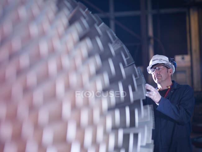 Ingénieur debout près de la turbine — Photo de stock