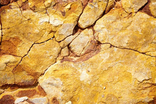 Крупним планом, жовтий тріщинами рок поверхні — стокове фото