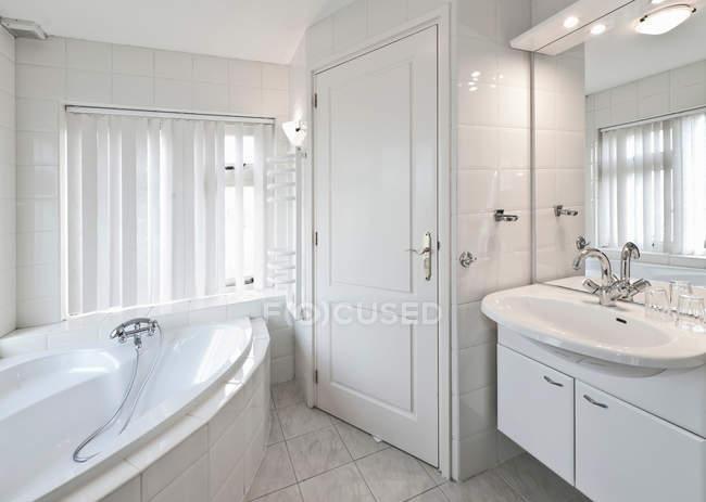 Vasche Da Bagno Moderne : Vasca da bagno e il lavandino in bagno moderno u2014 foto stock #165493322
