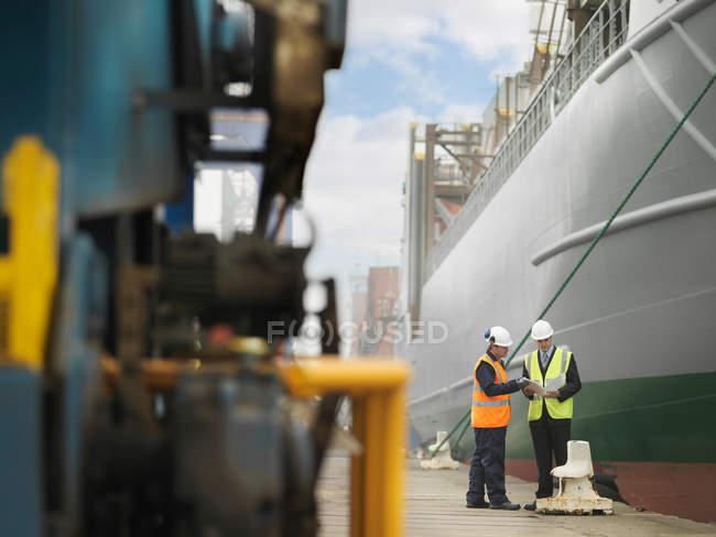 Uomo d'affari e lavoratore portuale con la nave — Foto stock
