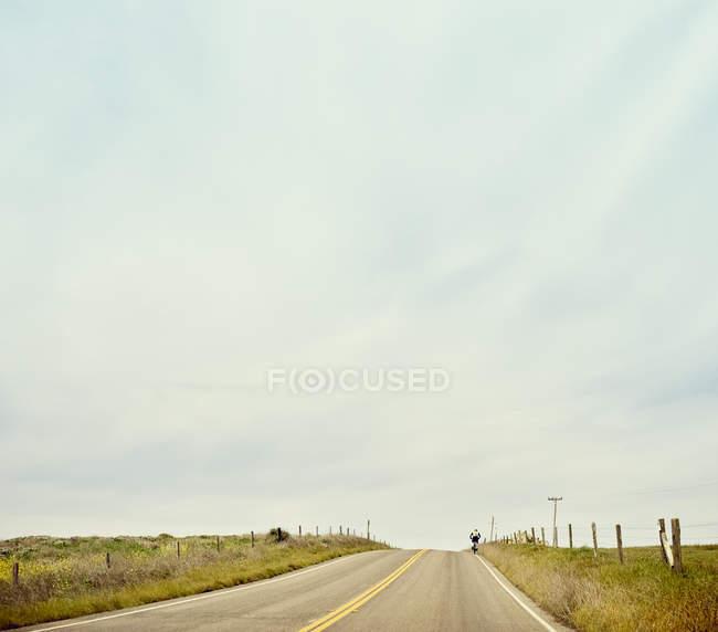 Vue éloignée d'un cycliste sur route 1 — Photo de stock