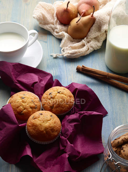 Muffins with pears and milk — Stock Photo