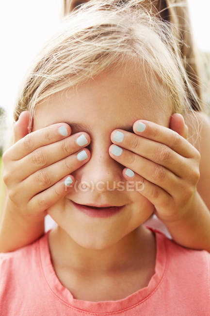 Olhos dos amigos da coberta da menina — Fotografia de Stock