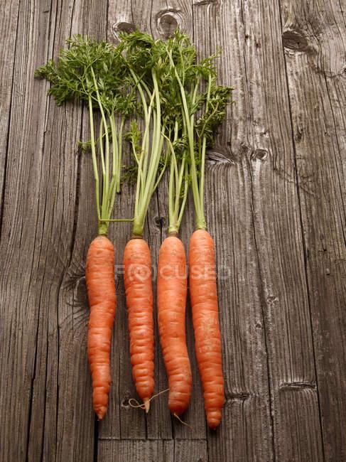 Zanahorias sobre mesa de madera - foto de stock