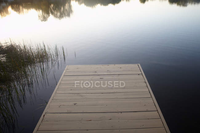 Jetée en bois et lac — Photo de stock