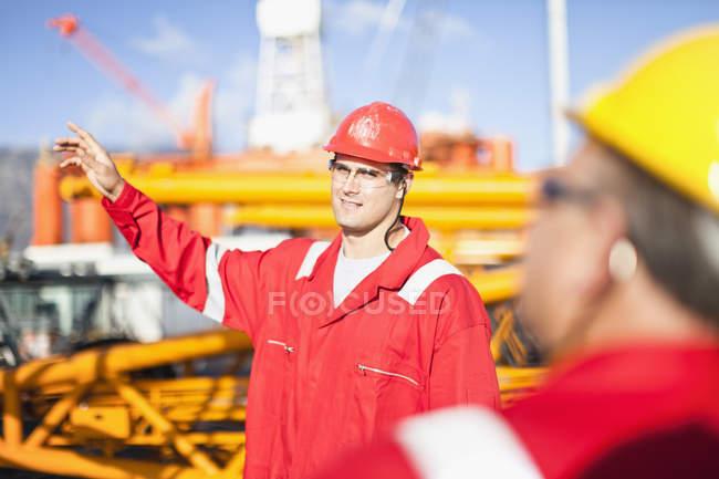 Trabajadores hablando en plataforma petrolera - foto de stock