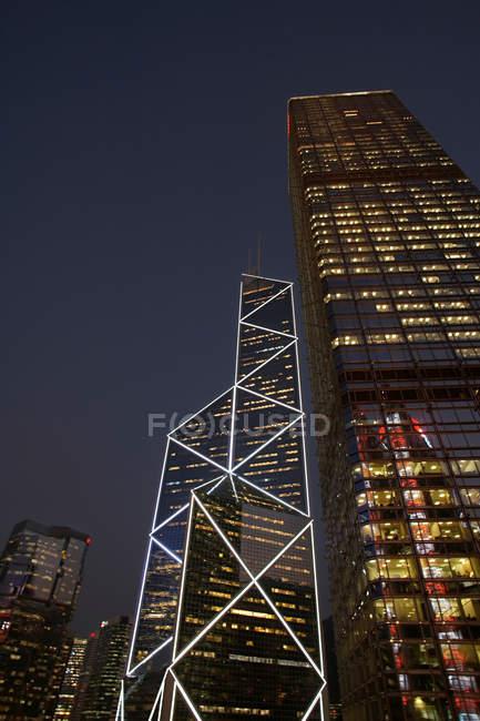 Urbanos rascacielos iluminados de noche - foto de stock