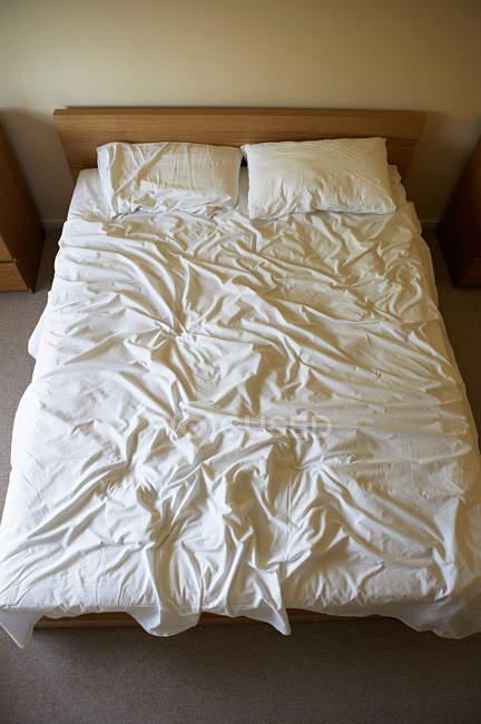 Підвищені подання постіль в спальні — стокове фото