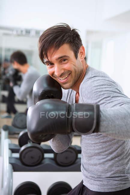 Боксер, носіння боксерські рукавички в тренажерний зал — стокове фото