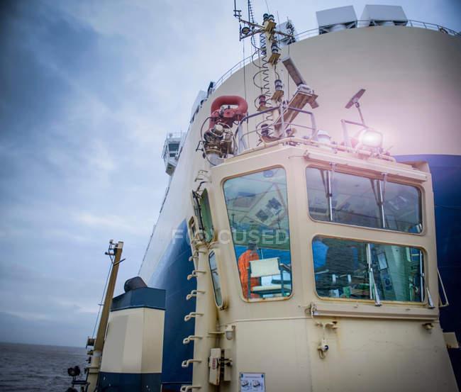 Rimorchiatore rimorchiatore in mare — Foto stock
