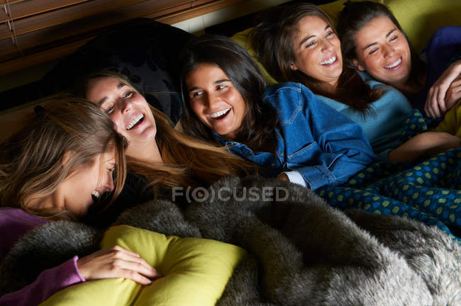 Women watching television together — Stock Photo