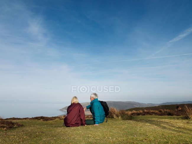 Ältere Paare entspannen sich auf dem Moor — Stockfoto