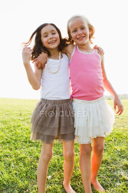 Ragazze sorridenti che si abbracciano all'aperto — Foto stock