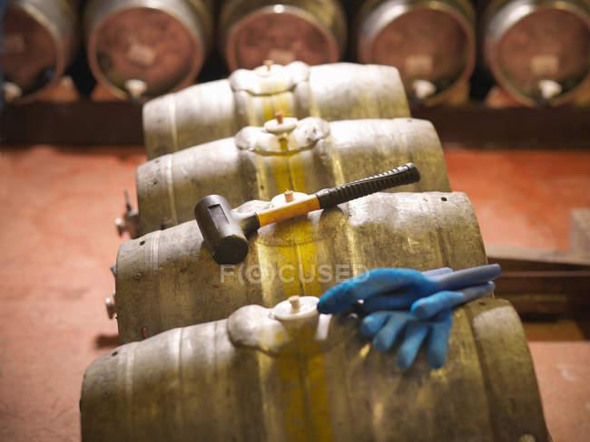Canne e martello con guanti in birreria — Foto stock