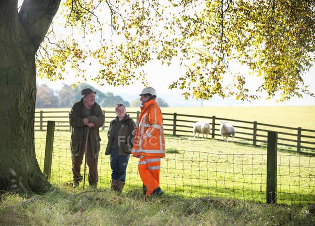 Ökologe im Gespräch mit lokalen Landwirt und Sohn in der Nähe von Standort der Oberflächenkohlemine — Stockfoto