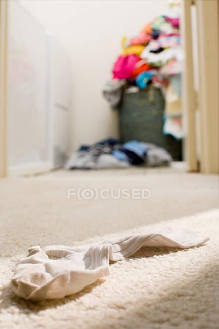 Surface niveau vue de chaussette sur un plancher — Photo de stock