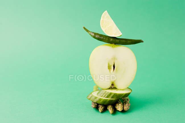 Arrangement de pomme, asperges, piment vert et concombre — Photo de stock