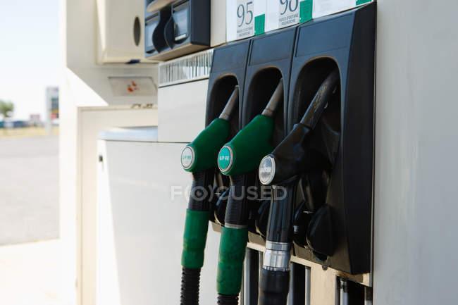 Gros plan des pompes à essence sur la station d'essence — Photo de stock