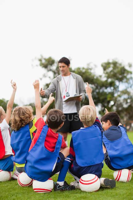 Kinder heben während des Trainings die Hände — Stockfoto