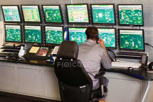 Homme travaillant dans la salle de contrôle de sécurité — Photo de stock