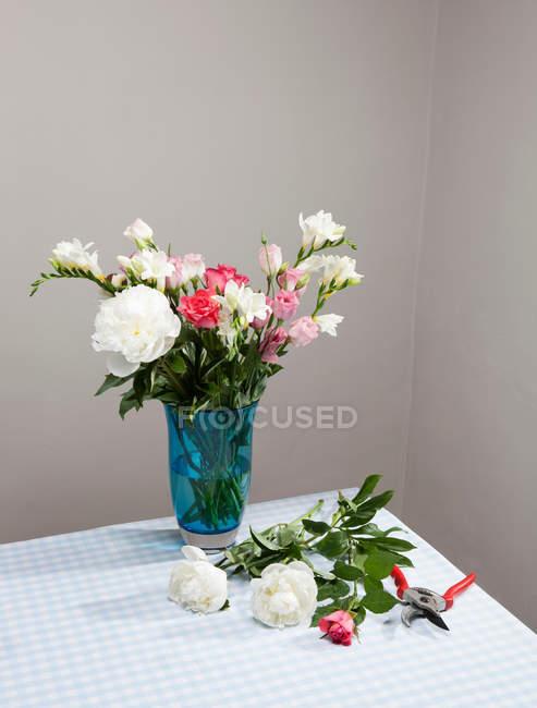 Buquê de flores em vaso — Fotografia de Stock