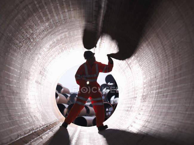 Homme vérifiant les tuyaux à l'usine — Photo de stock