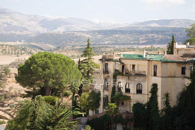 Observando la vista del edificio en ronda Málaga - foto de stock