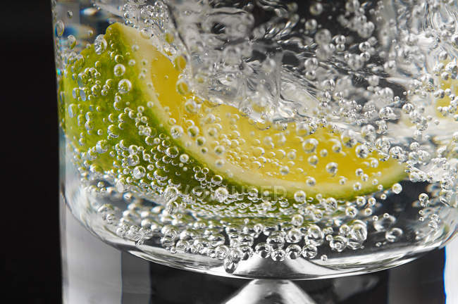 Lime and bubbles in gin and tonic — Stock Photo