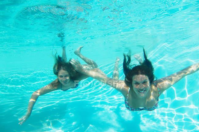Mutter und Tochter schwimmen im Pool — Stockfoto